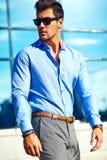 Modello bello alla moda dell'uomo nella via Fotografie Stock