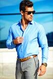 Modello bello alla moda dell'uomo nella via Immagine Stock Libera da Diritti