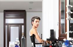Modello bello allo specchio nello spogliatoio Fotografie Stock
