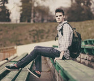 Modello bello dell'uomo dei pantaloni a vita bassa con lo zaino Fotografia Stock