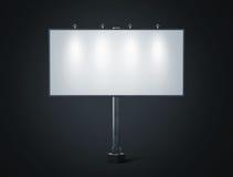 Modello bianco in bianco dell'insegna sul tabellone per le affissioni della città alla notte Fotografia Stock