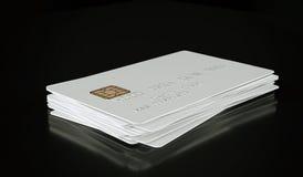 Modello bianco in bianco della carta di credito su fondo nero - rappresentazione 3D Immagini Stock Libere da Diritti