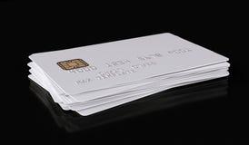 Modello bianco in bianco della carta di credito su fondo nero - rappresentazione 3D Immagine Stock Libera da Diritti