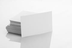 Modello in bianco del biglietto da visita su fondo riflettente bianco Fotografia Stock