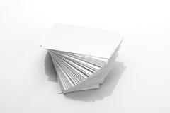 Modello in bianco del biglietto da visita su fondo riflettente bianco immagini stock libere da diritti