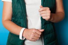 Modello bianco del braccialetto di evento di carta, progettazione di polsino Polso dell'identificazione, adesivo immagini stock libere da diritti