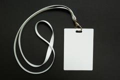 Modello in bianco del distintivo isolato sul nero Derisione vuota normale dell'etichetta di nome sull'attaccatura sul collo con c fotografia stock libera da diritti