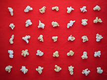 Modello bianco del popcorn sul panno rosso Fotografia Stock
