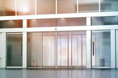 Modello in bianco dell'entrata delle porte di vetro di scivolamento Fotografie Stock