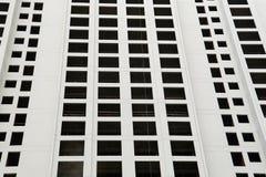 Modello in bianco e nero di esterno della costruzione dell'appartamento del condominio Fotografia Stock