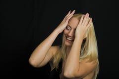 Modello biondo attraente su priorità bassa nera Fotografia Stock