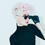 Modello biondo in vetri d'annata con taglio di capelli alla moda Pho di modo Fotografie Stock