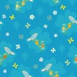 Modello blu con l'uccello, la farfalla ed il fiore fotografia stock libera da diritti