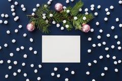 Modello blu di Natale di Snowy con il ramo dell'abete ed il Natale rosa b Fotografie Stock Libere da Diritti