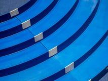 Modello blu di plastica, modello, scala, vettura da corsa miniatura con una pista di 5 vicoli fotografia stock libera da diritti