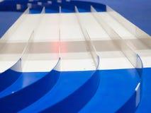 Modello blu e bianco di plastica, modello, scala, vettura da corsa miniatura con una pista di 5 vicoli immagini stock libere da diritti