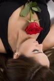 Modello brasiliano con una Rosa Immagine Stock Libera da Diritti