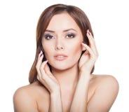 Modello Brunette Girl Portrait della donna di bellezza isolato su un fondo bianco. Immagini Stock Libere da Diritti