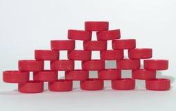 Modello bucato della parete dei tappi di bottiglia di plastica costolati rossi, contante sopra Fotografie Stock Libere da Diritti