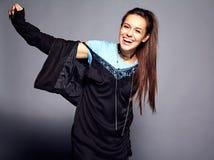 Modello castana della donna dei pantaloni a vita bassa in vestiti alla moda di estate Fotografia Stock Libera da Diritti