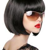 Modello castana in occhiali da sole di modo Bei wi della donna di fascino immagine stock