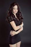 Modello castana sensuale della donna con capelli ricci lunghi, in vestito, iso Fotografia Stock Libera da Diritti