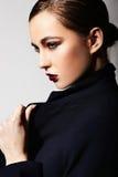 Modello caucasico castana alla moda sexy della giovane donna con trucco verde intenso, con le labbra rosse, con pelle pulita perfe fotografie stock