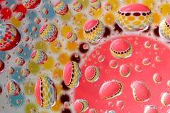Modello Colourful attraverso le goccioline di acqua immagini stock libere da diritti