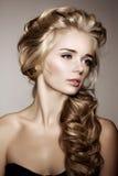 Modello con capelli intrecciati lunghi Acconciatura della treccia dei riccioli delle onde capelli fotografia stock libera da diritti