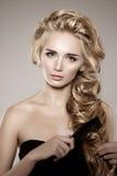 Modello con capelli intrecciati lunghi Acconciatura della treccia dei riccioli delle onde capelli fotografie stock