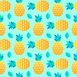 Modello con gli ananas e le foglie immagine stock