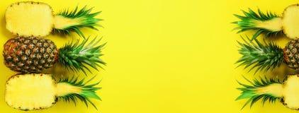 Modello con gli ananas luminosi su fondo blu Vista superiore Copi lo spazio Stile minimo Progettazione di Pop art, estate creativ immagini stock libere da diritti