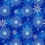 Modello con i bei fiocchi di neve su un fondo blu illustrazione di stock