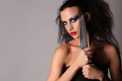 Modello con i capelli selvaggi del knifeand Fine in su Graybackground Fotografia Stock Libera da Diritti
