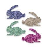 Modello con i conigli svegli variopinti di Pasqua con fondo verde, viola, porpora e beige, linea gialla ondulata Concetto di fest royalty illustrazione gratis