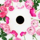 Modello con i fiori, i petali e la tazza da caffè rosa rosa su fondo bianco fotografia stock