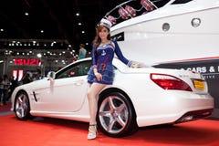 Modello con il benz sl350 di Mercedes Fotografie Stock
