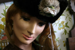 Modello con il cappello da vendere immagine stock libera da diritti
