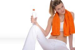 Modello con il tovagliolo arancione di forma fisica Fotografia Stock