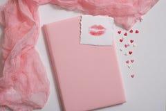 Modello con la cartolina ed il gelsomino su fondo rosa Scheda e fiori bianchi penna, inchiostro, bollo immagini stock