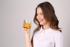 Modello con vetro di succo Fine in su Priorità bassa bianca Fotografia Stock