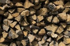Modello creato dall'estremità di legna da ardere impilata e tagliata Fotografie Stock