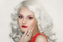 Modello Cute Make di Brunnete della donna delle donne della ragazza bello su immagini stock