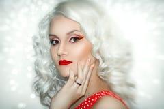 Modello Cute Make di Brunnete della donna delle donne della ragazza bello su fotografie stock libere da diritti