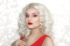 Modello Cute Make di Brunnete della donna delle donne della ragazza bello su immagine stock libera da diritti