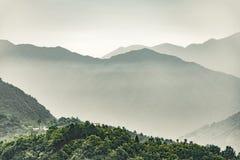 Modello degli strati distanti della montagna di Qinling al tramonto fotografia stock