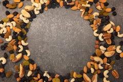 Modello dei dadi nella forma del cerchio Vari dadi isolati su fondo scuro Pecan, noce di macadamia, noce del Brasile, noce, mando fotografie stock