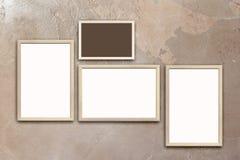 Modello dei manifesti in bianco nei telai di legno sulla parete marrone strutturata dello stucco Fotografie Stock Libere da Diritti