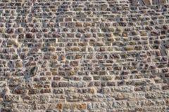 Modello dei mattoni e delle pietre alla vecchia parete di medio evo, Magdeburgo, Germania fotografia stock