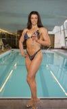 Modello del bikini con Stillettos ed il bicchiere di vino fotografia stock